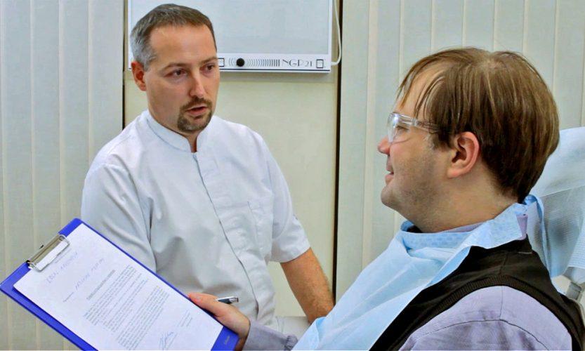 Ryc. 3. Omówienie i wyjaśnienie zrozumiałym dla pacjenta językiem, na czym polega dany typ znieczulenia, jakie jest ryzyko powikłań i jak mogą one wyglądać oraz czego powinien oczekiwać po wykonaniu znieczulenia. Etap ten kończy się podpisaniem przez pacjenta zgody na wykonanie znieczulenia miejscowego.