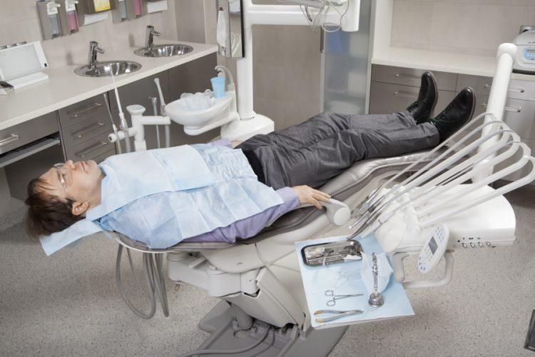 Ryc. 5. Znieczulenia miejscowe z dostępu śródustnego powinny być wykonywane w pozycji leżącej pacjenta, z wyjątkiem znieczulenia nerwu zębodołowego dolnego techniką Akinosi-Vazirianiego oraz pacjentów z chorobami ogólnoustrojowymi, które wymagają pozycji siedzącej. Aby ułatwić obserwację reakcji bólowych pacjenta w trakcie znieczulania, zaleca się stosowanie przezroczystych okularów ochronnych. W celu odwrócenia uwagi pacjenta od wykonywanych czynności zaleca się ciągłą komunikację głosową, np. w formie wydawanych zaleceń co do sposobu postępowania po zakończonym leczeniu stomatologicznym.